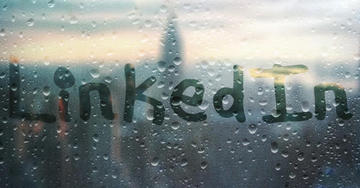 Zu sehen ist eine beschlagene Glasscheibe, auf der das Wort LinkedIn mit den Fingern geschrieben wurde.