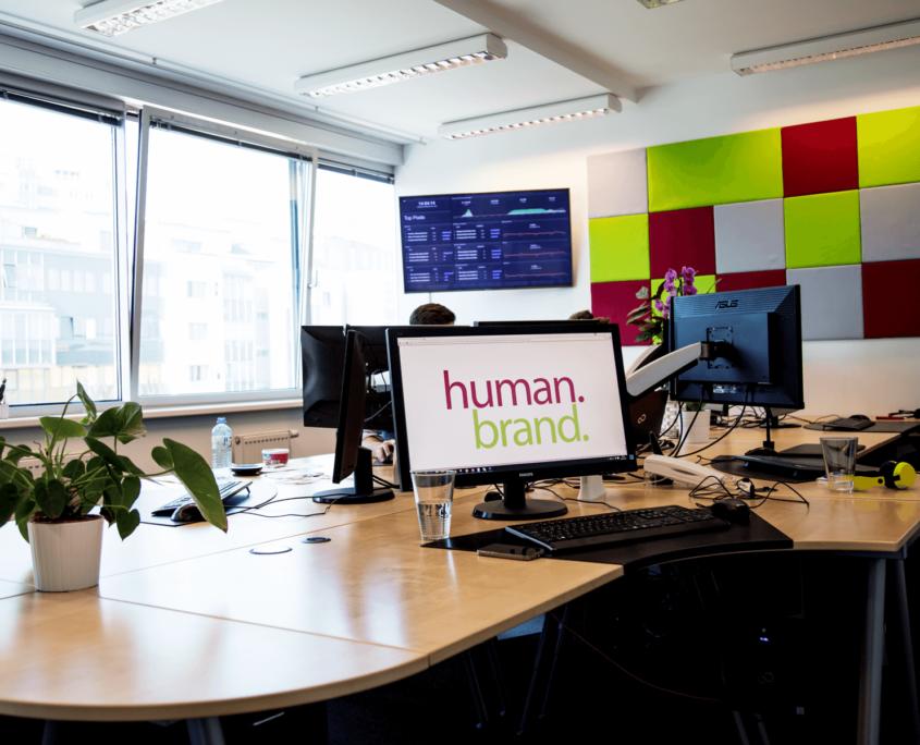 Dieses Bild zeigt den größeren der beiden Büroräume, im Hintergrund sieht man einen Infoscreen.
