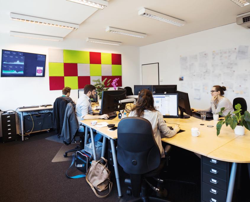Dieses Foto zeigt den großen Raum des Büros sowie die Mitarbeiter der Ads- und Redations-Abteilung bei der Arbeit.