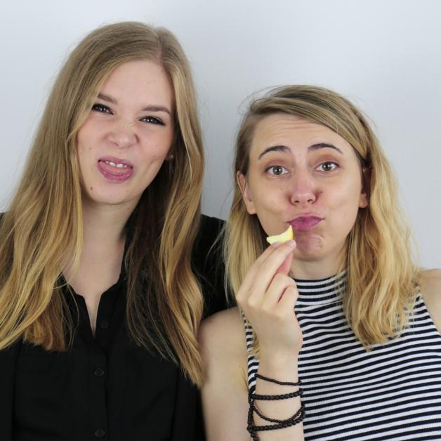 Zwei Mitarbeiterinnen aus der Ads-Abteilung schneiden Grimassen bei einem Fotoshooting.