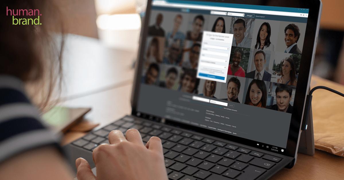 Eine Frauenhand links unten im Bild bedient das Touchpad eines Surface Pro. Auf dem Bildschirm ist die Startseite des Social Networks LINKEDIN zu sehen.