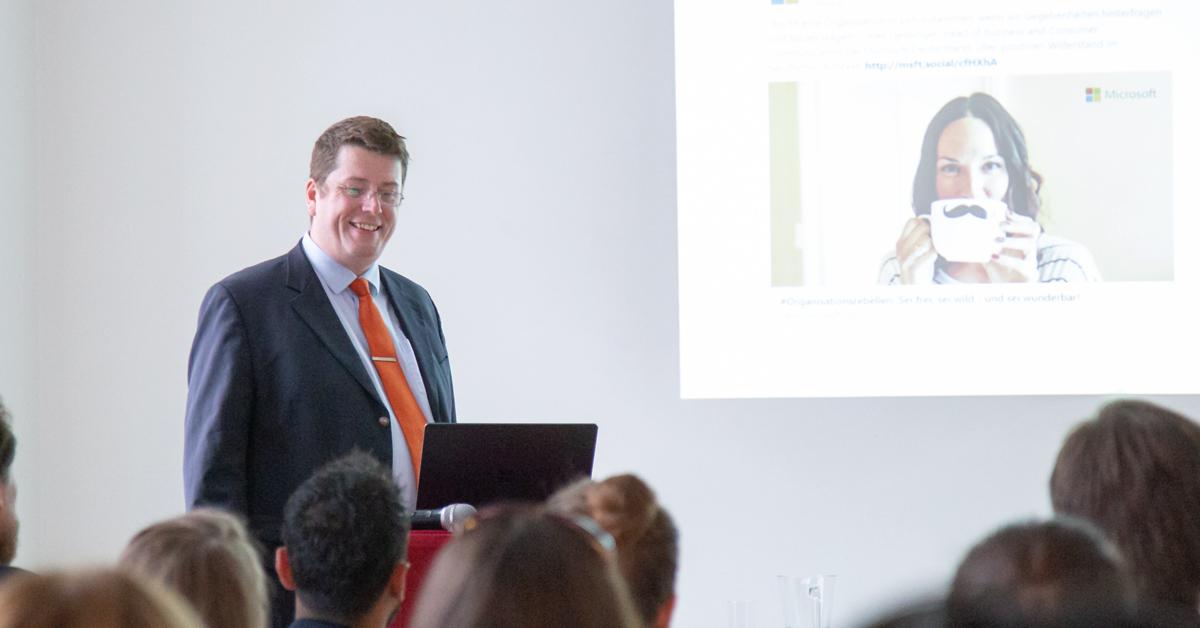 Das Bild zeigt HUMANBRAND-Geschäftsführer Christian Haberl während seines Vortrags in der HUMANBRAND Media Academy.
