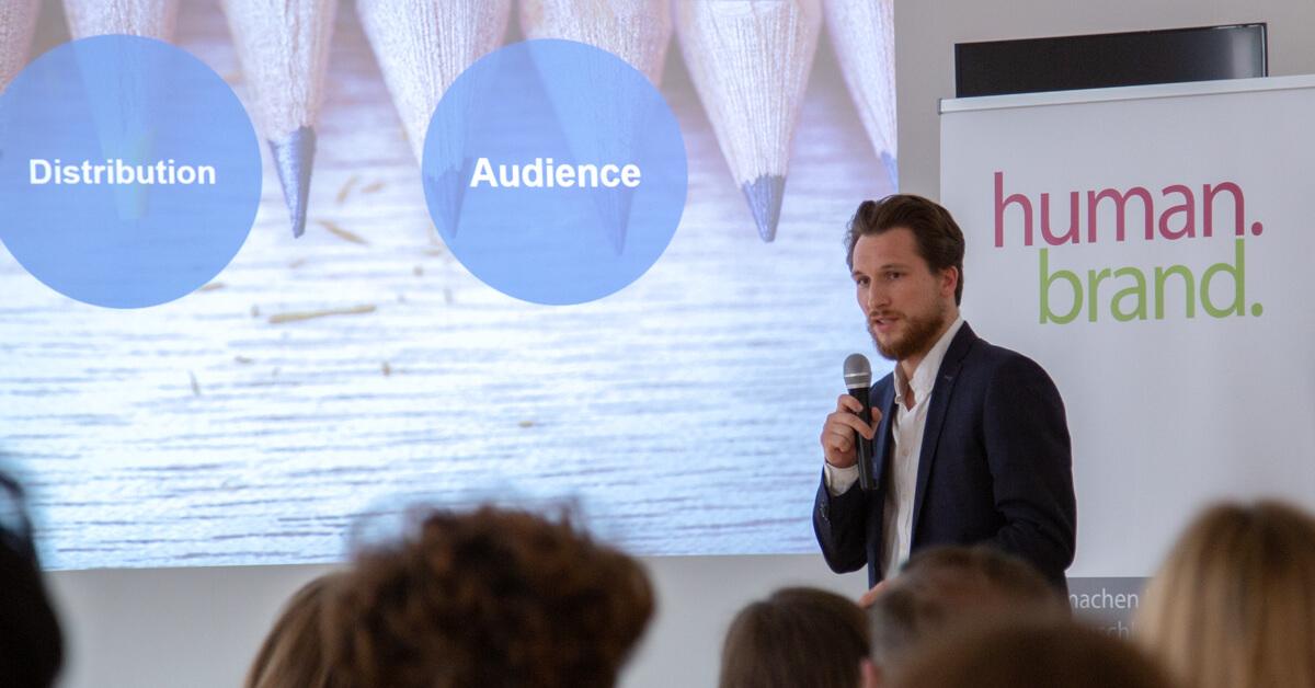 Das Bild zeigt David Risa, Client Solutions Manager bei LinkedIn, während seines Vortrags in der HUMANBRAND Media Academy.