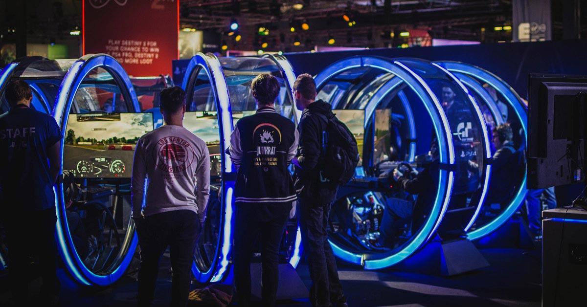 Das Bild zeigt mehrere Gamer und Zuschauer bei einem eSport-Turnier.