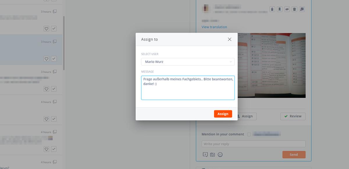 Im User-Interface von Agorapulse ist ein Fenster geöffnet, in dem man einem anderen User eine Aufgabe mit einem Kommentar zuweisen kann.