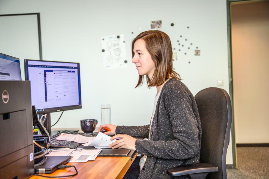 Auf dem Bild sieht man Anja beim Arbeiten am Computer.