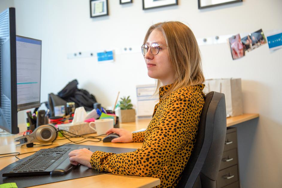 Auf dem Bild erkennt man Lena beim Arbeiten am Computer.