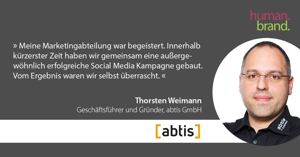Ein Zitat von Thorsten Weimann, Geschäftsführer und Gründer von Abtis GmbH, dessen Portraitbild rechts zu sehen ist, als Referenz für HUMANBRAND liest: Meine Marketing-Abteilung war begeistert. Innerhalb kürzester Zeit haben wir gemeinsam eine außergewöhnlich erfolgreiche Social-Media-Kampagne gebaut. Vom Ergebnis waren wir selbst überrascht.