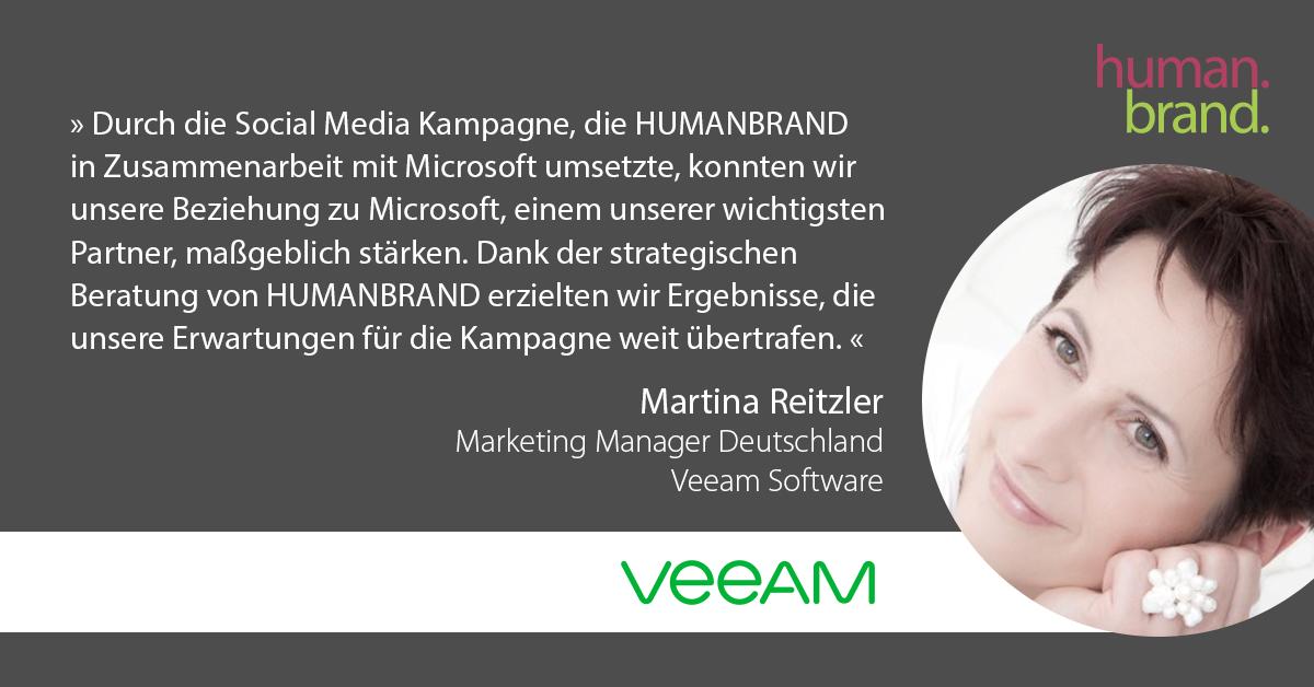 Ein Zitat von Martina Reitzler, Marketing Manager Deutschland bei Veeam Software, dessen Portraitbild rechts zu sehen ist, als Referenz für HUMANBRAND liest: Durch die Social-Media-Kampagne, die HUMANBRAND in Zusammenarbeit mit Microsoft umsetzte, konnten wir unsere Beziehung zu Microsoft, einem unserer wichtigsten Partner, maßgeblich stärken. Dank der strategischen Beratung von HUMANBRAND erzielten wir Ergebnisse, die unsere Erwartungen für die Kampagne weit übertrafen.