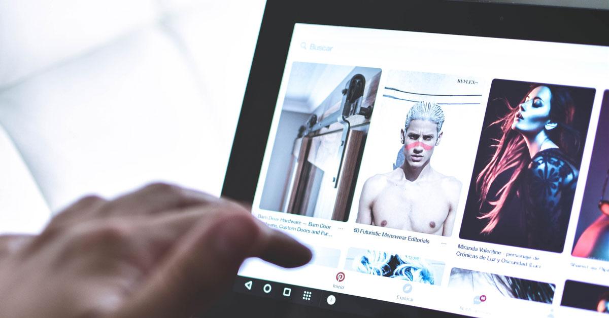 Eine Person sieht sich auf einem Notebook Pinterest-Ads an.