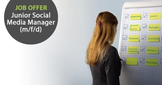 """Links im Bild der Text """"Job-Offer: Junior Social Media Marketing Manager"""", rechts im Bild schreibt eine Frau etwas auf eine Flipchart."""