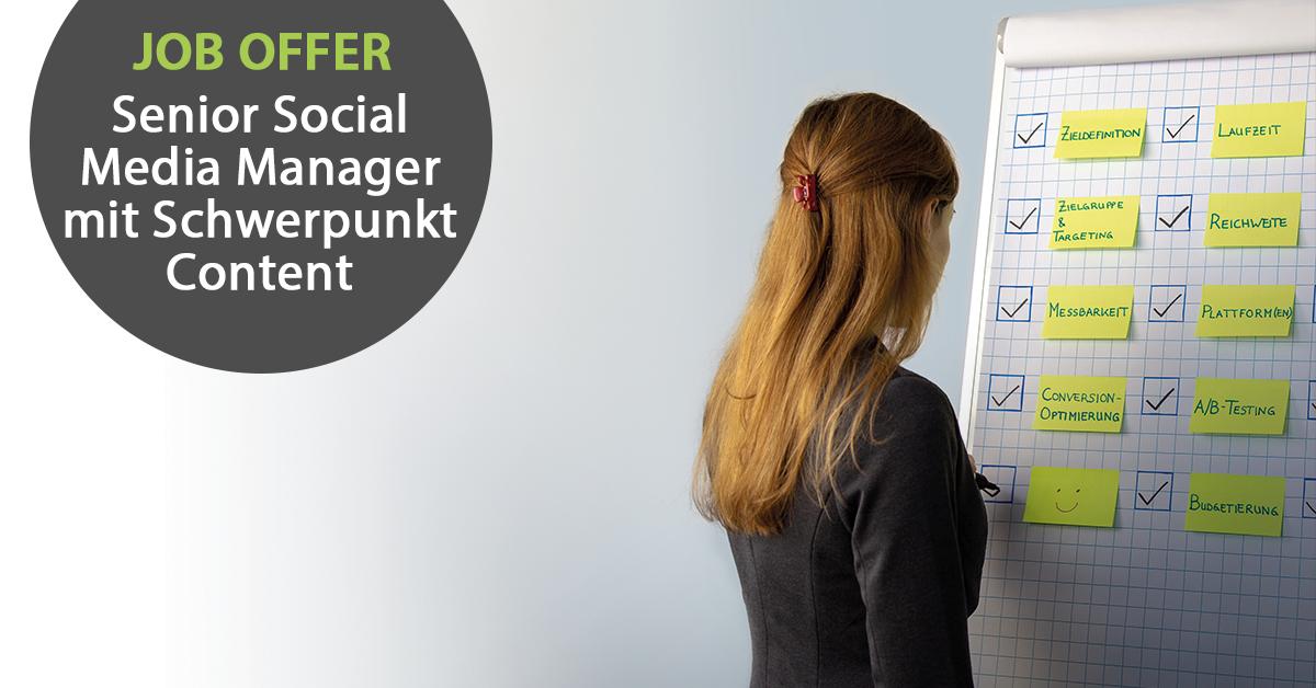 """Links im Bild der Text """"Job-Offer: Senior Social Media Manager mit Schwerpunkt Content"""", rechts im Bild schreibt eine Frau etwas auf eine Flipchart."""