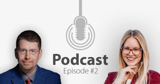 """Das Bild zeigt links das Porträtbild eines Mannes, rechts das Porträtbild einer Frau, in der Mitte ist ein Mikrofon-Icon platziert und der Schriftzug """"Podcast Episode 2""""."""