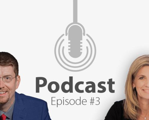 """Das Bild zeigt links das Porträtbild eines Mannes, rechts das Porträtbild einer Frau, in der Mitte ist ein Mikrofon-Icon platziert und der Schriftzug """"Podcast Episode 3"""", in der es um Online-Events geht."""