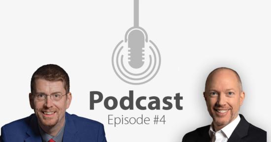 """Das Bild zeigt links das Porträtbild eines brünetten Mannes, rechts das Porträtbild eines Mannes mit hellen Haaren, in der Mitte ist ein Mikrofon-Icon platziert und der Schriftzug """"Podcast Episode 4"""", in der es darum geht, wie Unternehmer einander in der Corona-Krise unterstützen können."""