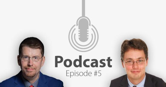 """Das Bild zeigt links das Portrait eines Mannes und links das eines anderen Mannes, in der Mitte ein Mikrofon-Icon und darunter den Titel """"Podcast Episode 5""""."""