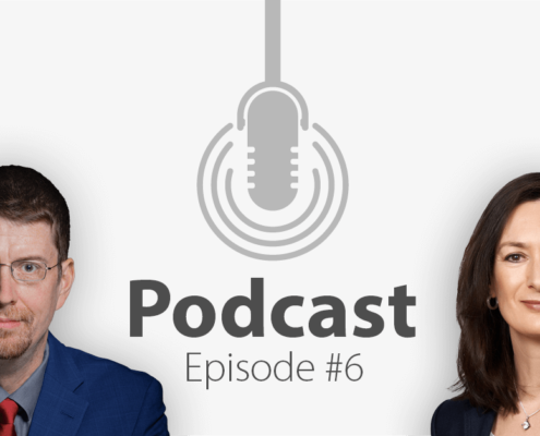 """Das Bild zeigt links das Porträtbild eines Mannes, rechts das Porträtbild einer Frau, in der Mitte ist ein Mikrofon-Icon platziert und der Schriftzug """"Podcast Episode 6"""", in der es um Social Media und PR geht."""