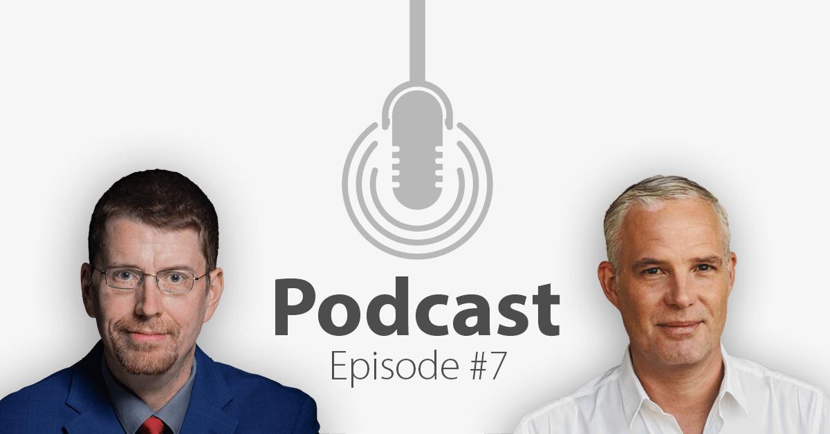 """Das Bild zeigt links das Portrait eines Mannes und links das eines anderen Mannes, in der Mitte ein Mikrofon-Icon und darunter den Titel """"Podcast Episode 7""""."""