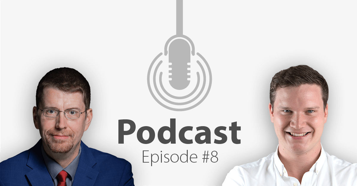 """Das Bild zeigt links das Portrait eines Mannes und links das eines anderen Mannes, in der Mitte ein Mikrofon-Icon und darunter den Titel """"Podcast Episode 8""""."""