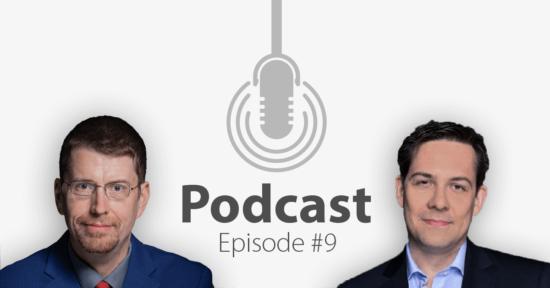"""Das Bild zeigt links das Portrait eines Mannes und links das eines anderen Mannes, in der Mitte ein Mikrofon-Icon und darunter den Titel """"Podcast Episode 9""""."""