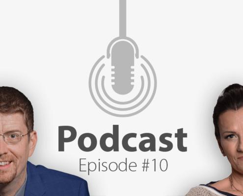 """Das Bild zeigt links das Porträtbild eines Mannes, rechts das Porträtbild einer Frau, in der Mitte ist ein Mikrofon-Icon platziert und der Schriftzug """"Podcast Episode 10"""", in der es um die Sitmme und Stimm-Training geht."""