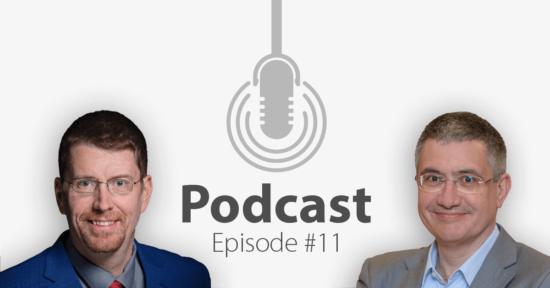 """Das Bild zeigt links das Portrait eines Mannes und links das eines anderen Mannes, in der Mitte ein Mikrofon-Icon und darunter den Titel """"Podcast Episode 11""""."""