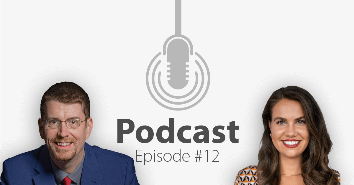 """Das Bild zeigt links das Porträtbild eines Mannes, rechts das Porträtbild einer Frau, in der Mitte ist ein Mikrofon-Icon platziert und der Schriftzug """"Podcast Episode 12"""", in welcher es um Social Selling geht."""
