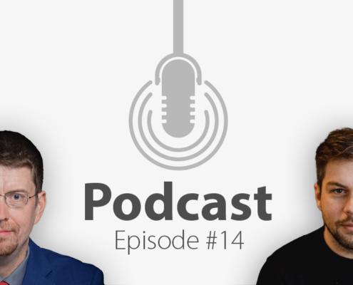 """Das Bild zeigt links das Porträtbild eines Mannes, rechts das Porträtbild eines weiteren Mannes, in der Mitte ist ein Mikrofon-Icon platziert und der Schriftzug """"Podcast Episode 14"""", in welcher es um Layout geht."""