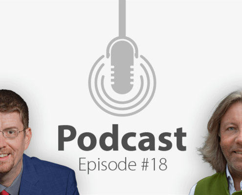 """Das Bild zeigt links das Porträtbild eines Mannes, rechts das Porträtbild eines weiteren Mannes, in der Mitte ist ein Mikrofon-Icon platziert und der Schriftzug """"Podcast Episode 18"""", in welcher es um die Zukunft des Tourismus geht."""
