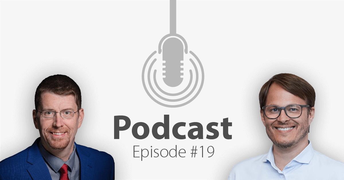 """Das Bild zeigt links das Porträtbild eines Mannes, rechts das Porträtbild eines weiteren Mannes, in der Mitte ist ein Mikrofon-Icon platziert und der Schriftzug """"Podcast Episode 19"""", in welcher es um Smart Glasses geht."""