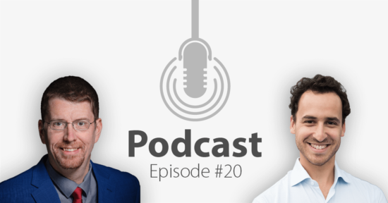 """Das Bild zeigt links das Porträtbild eines Mannes, rechts das Porträtbild eines weiteren Mannes, in der Mitte ist ein Mikrofon-Icon platziert und der Schriftzug """"Podcast Episode 20"""", in welcher es um Smart HR geht."""