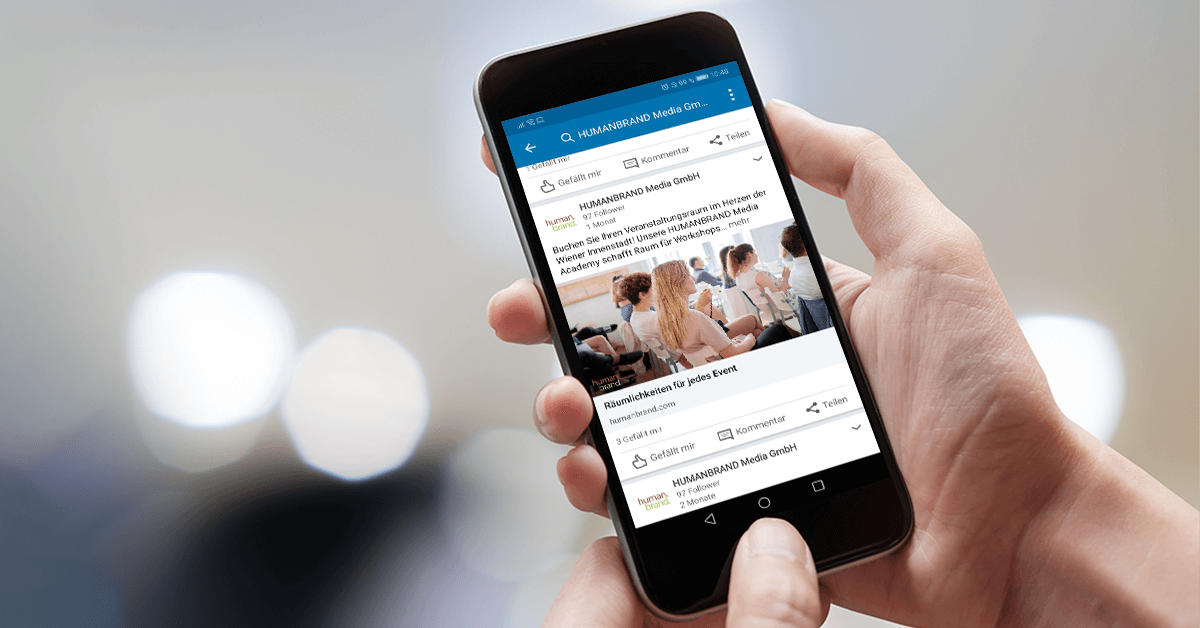 LinkedIn-Ads: Auf dem Bildschirm eines Smartphones ist die LinkedIn-App und darin eine LinkedIn-Ad von HUMANBRAND zu sehen.