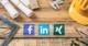 Facebook, LinkedIn, XING Logos mit Werkzeug auf einem Holztisch