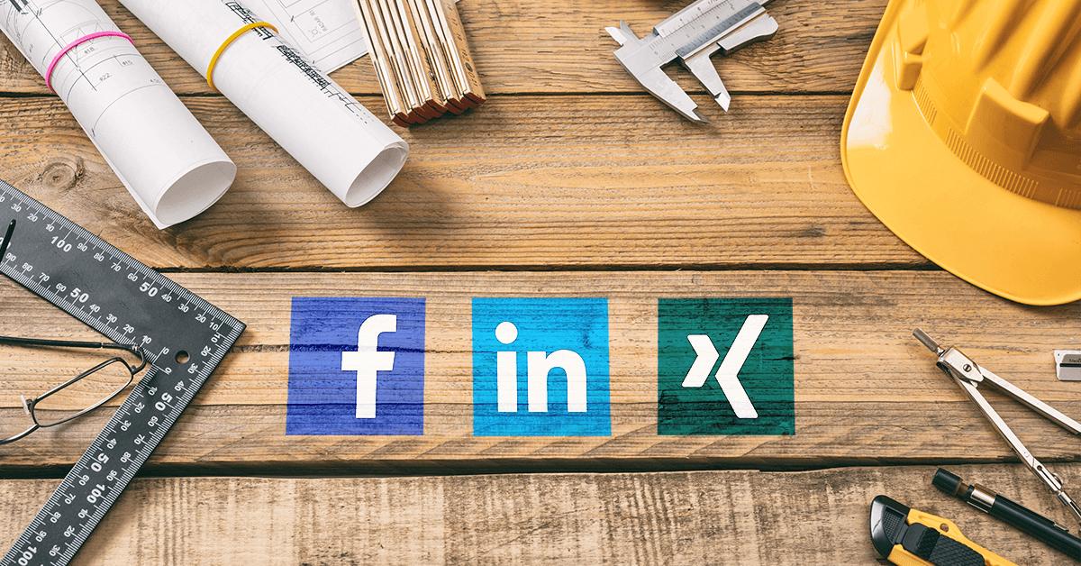 Baupläne, Geodreieck, gelber Helm, Zickel und Brille liegen auf einem Holztisch, in der Mitte ist das Facebook, Linkedin und Xing Logo zu sehen.